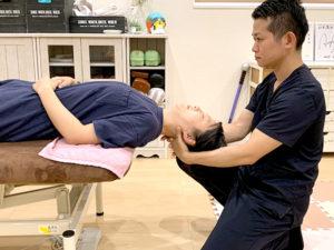 頭痛改善施術の様子