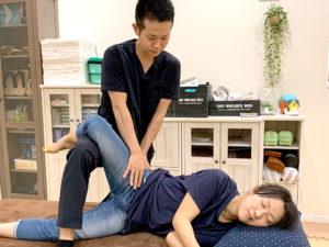 股関節痛施術の様子
